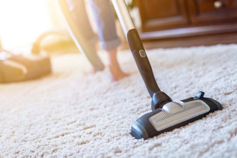 limpiar tu alfombra aspirando